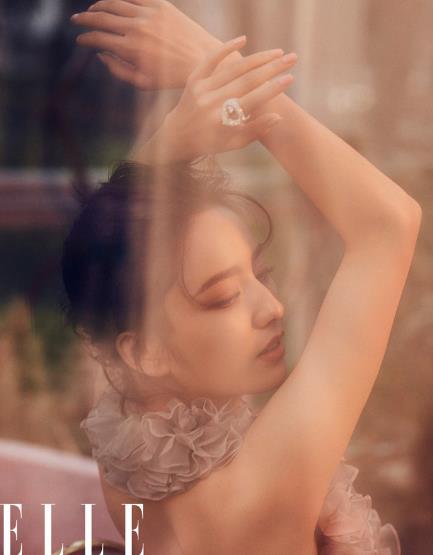 佟丽娅复古时尚写真曝光 向理想生长炽烈绽放