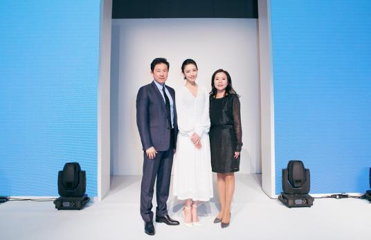 佟丽娅清新白裙现身品牌活动 暖心寄语新年新期