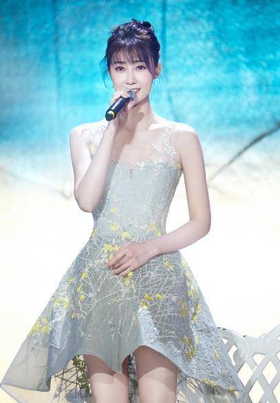 林鹏献唱电影百合奖 质感歌声展现迷人风采