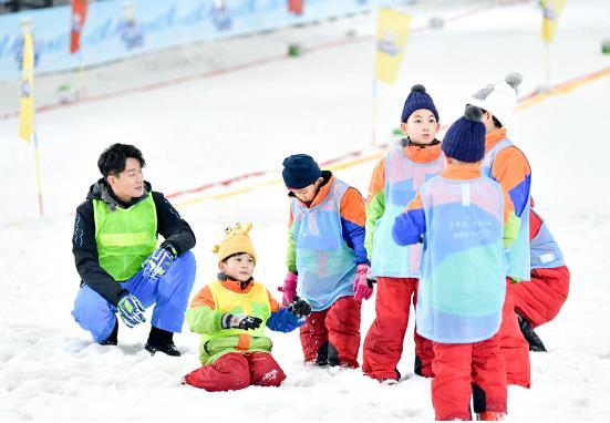 《大冰小将》易烊千玺雷佳音首秀冰球技艺 潘思言王子对垒竞争队长